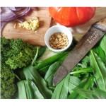 Pâtes à l'ail des ours, tomates et kale
